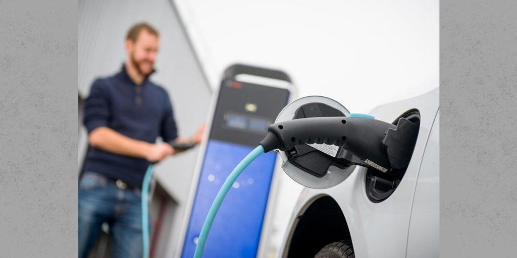 QiM Bosch steigt ins Carsharing mit Elektro-Transportern ein, Elektro-Transporter wird geladen