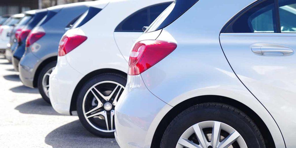 Parkende Autos seitliche Heckansicht