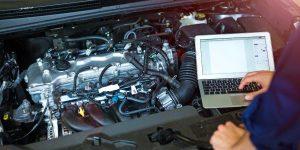 Meister ruft Reparaturanleitungen am PC ab