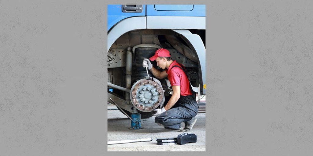 Sicherheitsprüfung - Bremseinbau und -prüfung bei einer Lkw