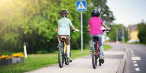 Fahrrad fahrende Kinder
